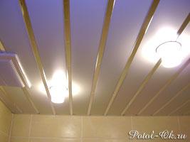 реечный потолок в жилом помещении - ванной комнате
