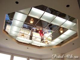 Зеркальные потолки свстроенным освещением в центре под звездное небо и люстрами по краям
