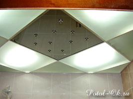 Комбинированный потолок из зеркальных и матовых модулей