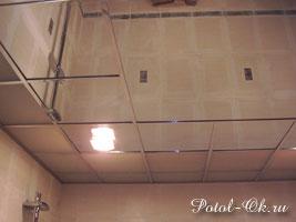Комбинированный потолок с матовыми и зеркальными элементами и встроенным освещением