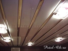 Двухцветный реечный потолок для ванной со вставками