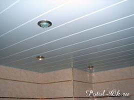 Белый реечный потолок в ванную закрытого типа