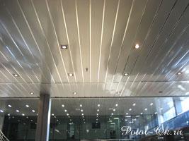 алюминиевый реечный потолок в общественном помещении