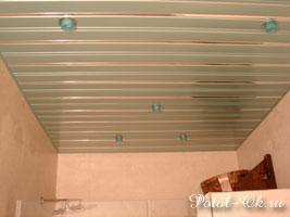 Простой реечный потолок для ванной из алюминиевой рейки