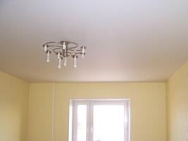 Бесшовный потолок CERUTTI в гостинной