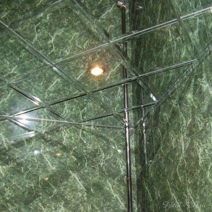 Смотреть проект - Зеркальные потолки в ванной комнате под зеленый мрамор.