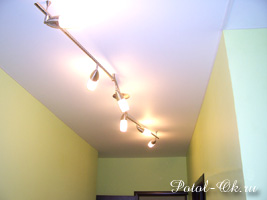 Бесшовные натяжные потолки Cerutti -установка в коридоре